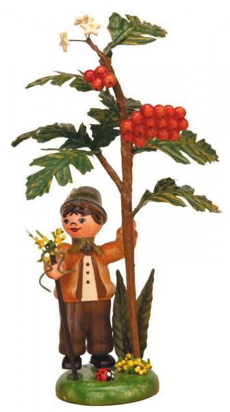 Jungenfigur steht am Vogelbeerbaum aus Holz von Hubrig