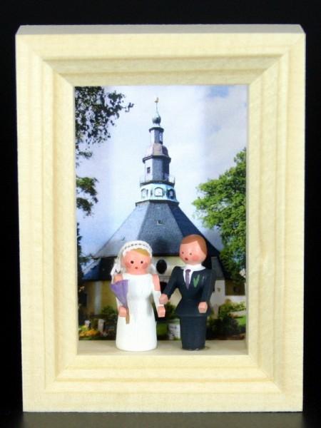 Miniatur im Rähmchen Hochzeit von Gunter Flath aus Seiffen / Erzgebirge Detailgetreue Nachbildung eines Hochzeitpaares vor der Seiffener Kirche. Dieses …
