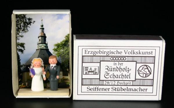 Zündholzschachtel Hochzeitspaar von Gunter Flath aus Seiffen / Erzgebirge Hochzeitspaar vor der Kulisse der Seiffener Kirche. Diese Scene wurde in eine …