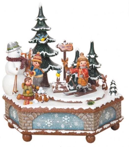 Spieluhr & Spieldose Winterzeit von Hubrig Volkskunst GmbH Zschorlau/ Erzgebirge ist 20 cm hoch. Bei dieser Spieluhr kann man eine von 2 verschiedenen …