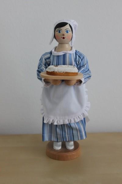 Räuchermann Stollenmädchen, 20 cm, Armin Braun Neuhausen/ Erzgebirge – Dieses Stollenmädchen trägt ein blau-weiß gestreiftes Kleid mit einer weißen Schürze. …