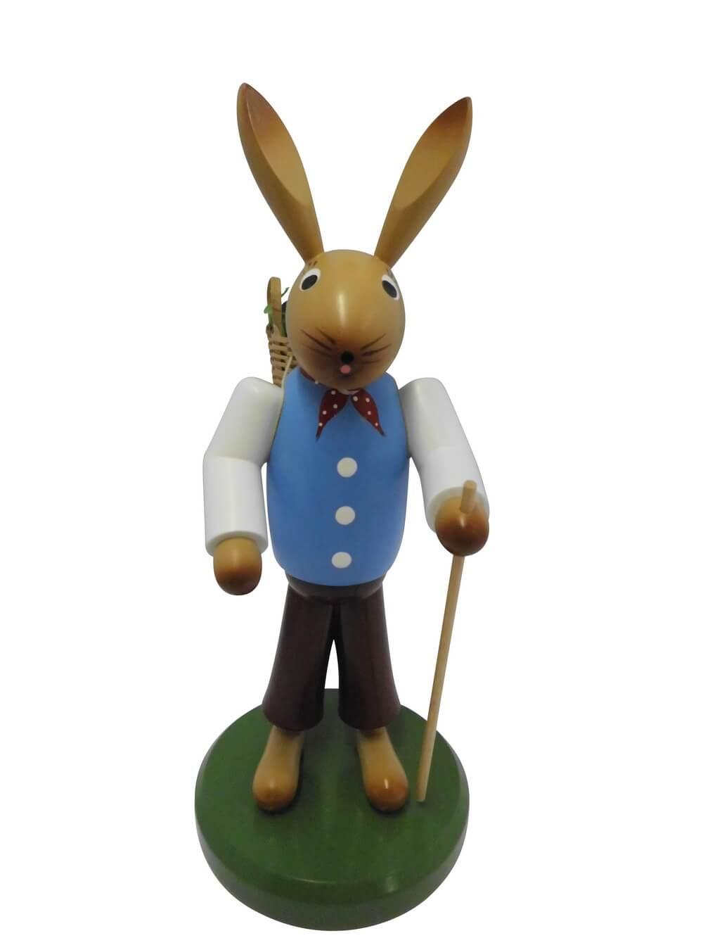 Osterhase mit Korb aus Buchenholz, handbemalt, Osterhase ausgerüstet mit einem Rückenkorb und Wanderstock, stehend auf einem grünen Sockel, 27 cm, …