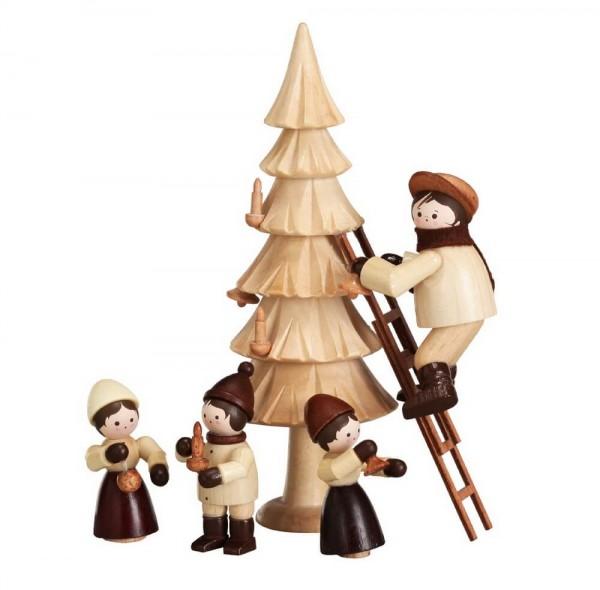 Der Weihnachtsbaum in natur von Romy Thiel Deutschneudorf/ Erzgebirge, wird geschmückt. Ganz emsig sind unsere Drei beim anbringen der Weihnachtsdekoration. …