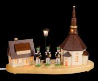 Vorschau: Sockelbrett Seiffener Dorf mit Bergmannskapelle und beleuchteter Straßenlaterne und beleuchteter Kirchenturmuhr, komplett elektrisch beleuchtet, 20 x 8 x 14 …