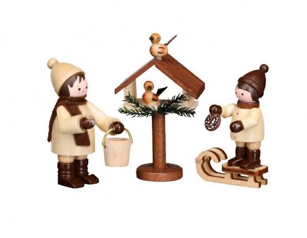 Bei der Vogelfütterung, 3-teilig, natur von Romy Thiel Deutschneudorf/ Erzgebirge, kümmern sich die zwei Winterkinder ganz liebevoll um die Vöglein. Bei …