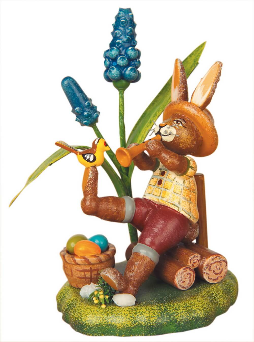 Osterhase aus Holz spielt Flöte in seinem Garten von Hubrig