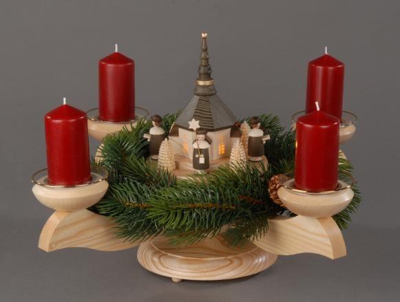 Adventsleuchter, natur - Seiffener Kirche (beleuchtet) mit Kurrende, Adventsleuchter inclusive Tannenkranz, Stumpen und Lichtmanschetten aus massivem Eschen- …