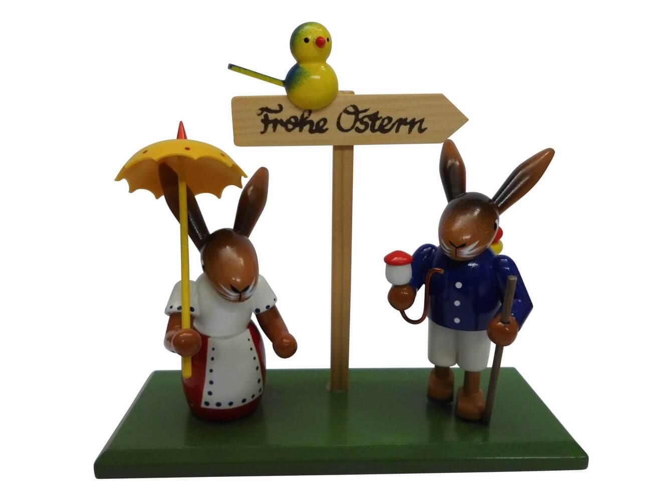 Osterhasenpaar Ostergruß, stehend auf grünem Sockel mit Wegweißer und Vögelchen, bunt, 13 cm von Nestler-Seiffen.com OHG Seiffen/ Erzgebirge