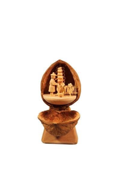 Nestler-Seiffen, geschnitztes Motiv Gärtnerin in der Walnuss