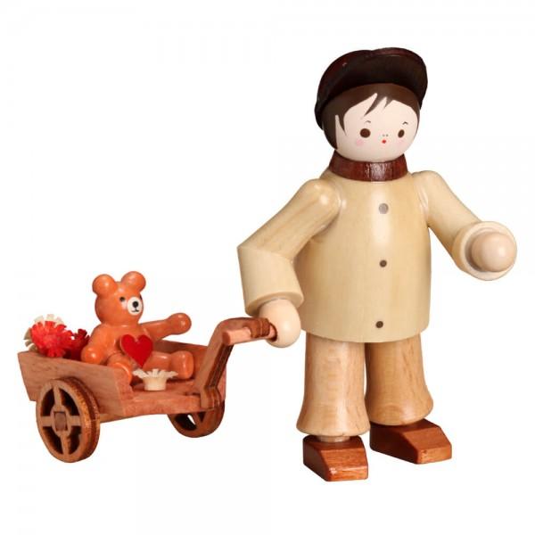 Der Junge mit Teddy im Wagen in natur von Romy Thiel Deutschneudorf / Erzgebirge, macht sich auf den Weg. Wohin? Na zu Ihnen. Holen Sie sich jetzt Ihren …