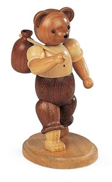 Dekofigur Bär Wandersmann aus Holz, naturfarben von Müller Kleinkunst aus Seiffen