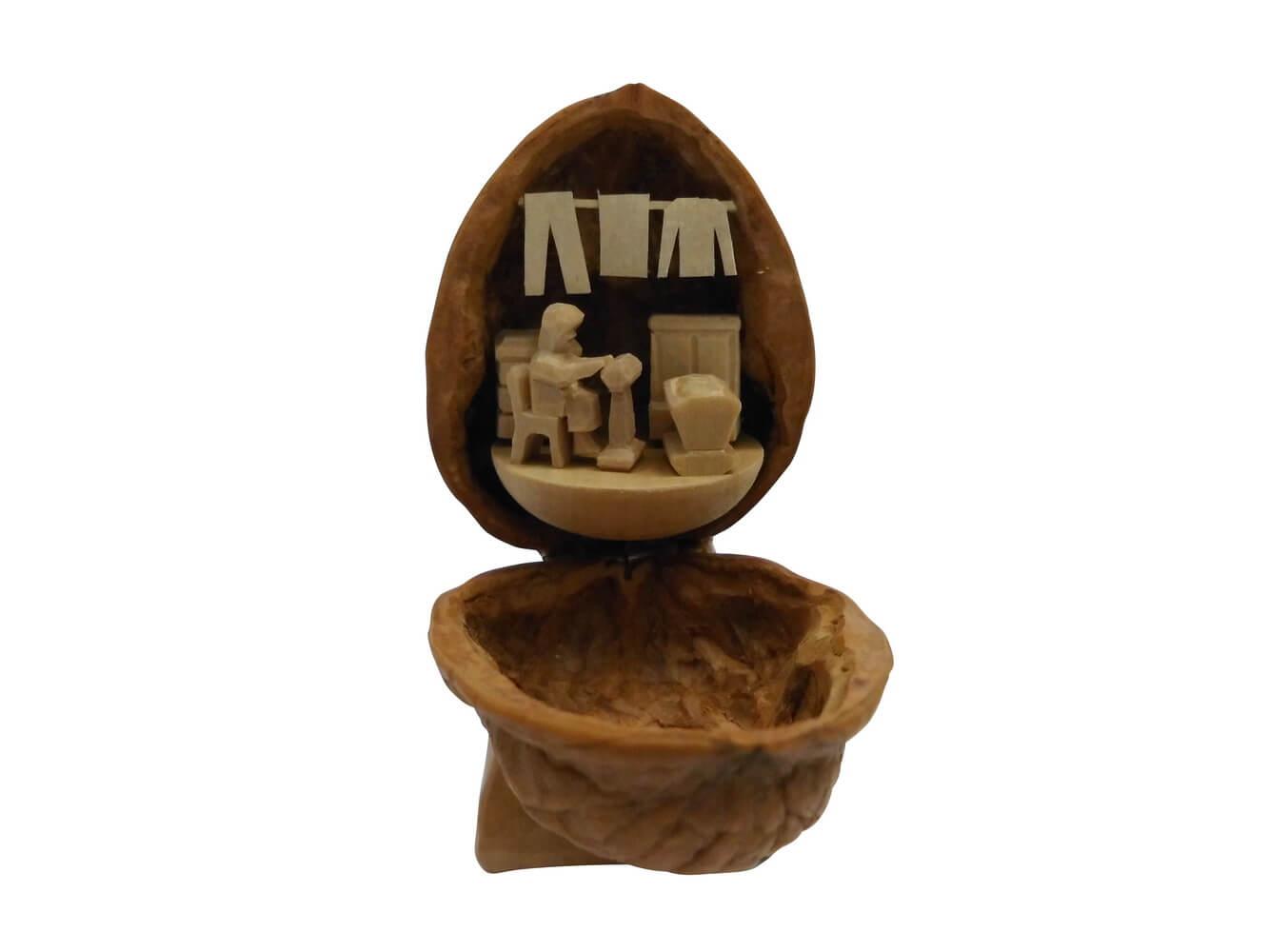 Nestler-Seiffen, geschnitztes Motiv Klöpplerin in der Walnuss
