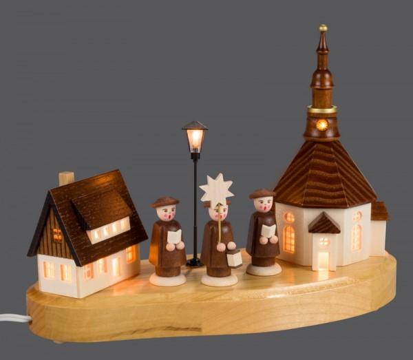 Sockelbrett Seiffener Dorf mit Kurrende und Straßenlaterne und beleuchteter Kirchenturmuhr, komplett elektrisch beleuchtet, 20 x 8 x 14 cm, …
