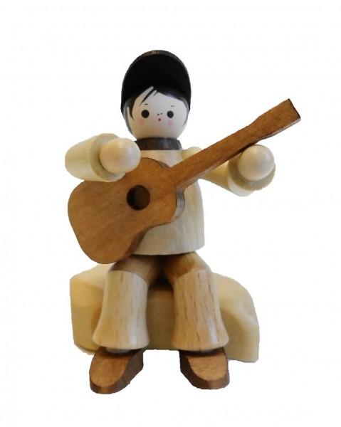 Der Gitarrist sitzend in natur von Romy Thiel Deutschneudorf/ Erzgebirge, hat die Musik im Blut. Mit seiner Wandergitarre zieht er durch Stadt und Land und …